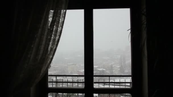 Sníh ve městě - výhled z uvnitř