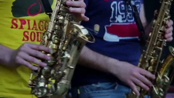 Férfi játszik szaxofon