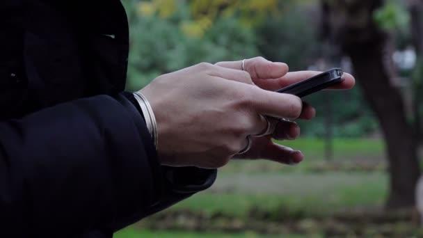 žena psaní zprávy na dotykový mobilní telefon