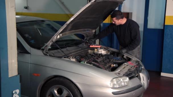Auto mechanik opravy automobilový motor