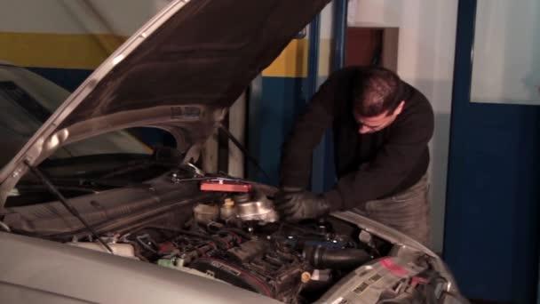 Autószerelő egy része egy autó-motor javítása