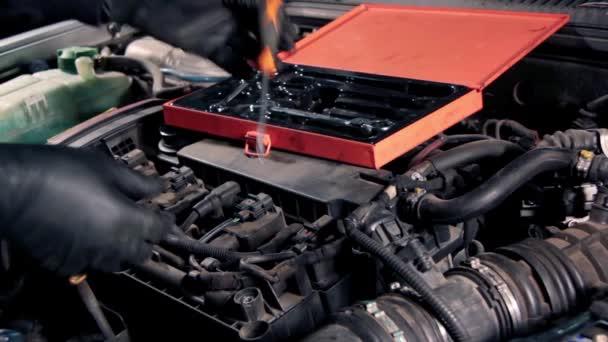 Autószerelő autómotor javítása