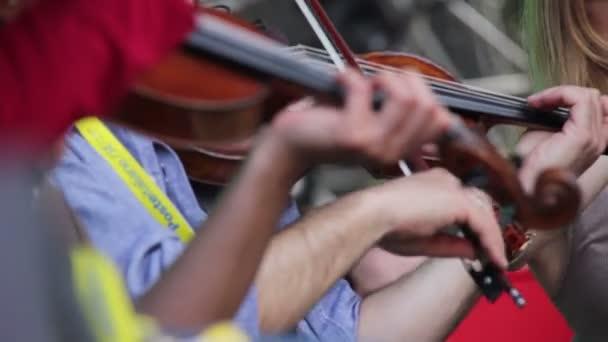 Hegedűs klasszikus zenét játszik, az utcán