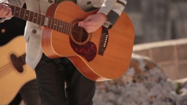 Hrát na akustickou kytaru. Koncert v amfiteátru