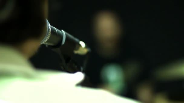Aktív Dobos játszik a dob készlet-ban egy stúdió