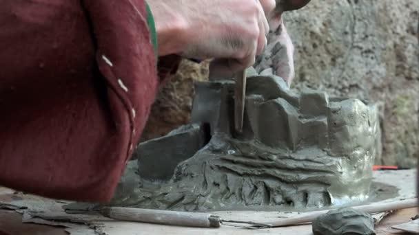 Clay sochařství, ruce v práci
