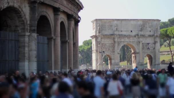 Lidí, kteří jdou na ulici poblíž Kolosea
