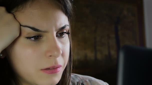mladá žena používá počítač ke konverzaci