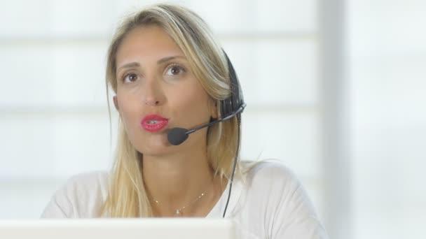žena s sluchátka v call centru