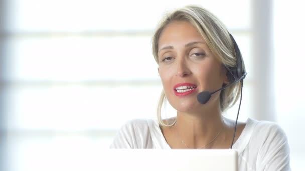 žena pracuje v call centru
