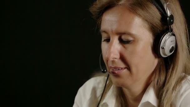 žena pracuje v call-centru v práci s náhlavní soupravy, sluchátka