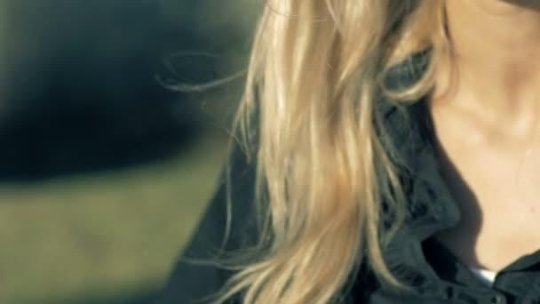 Usmívající se mladá žena