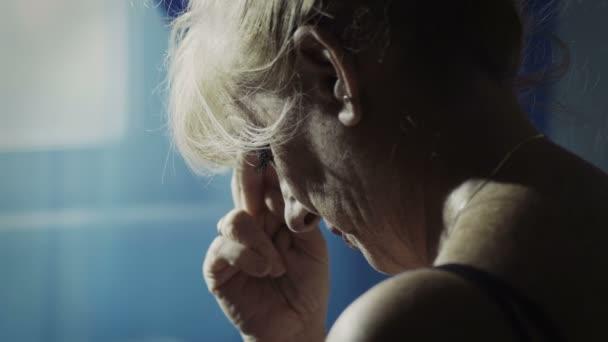 zoufalá žena u okna: deprese, rozvod, krize pár