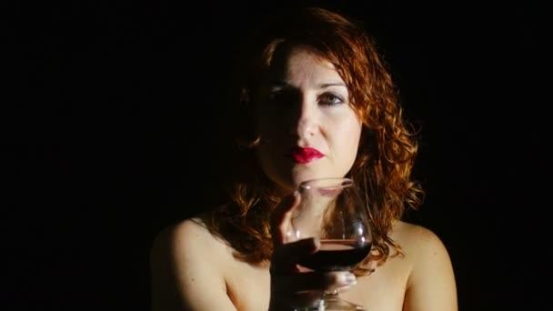 žena pít červené víno