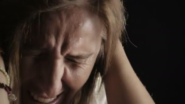 zoufalá žena pláče: zoufalství, problémy, sebevražda, samota