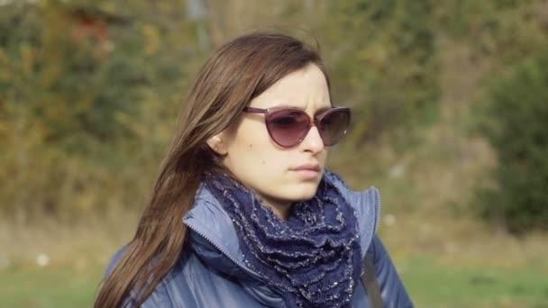 Donna Da Giornata Una Con Occhiali In Pensive Sole Invernale 0k8OwXnP