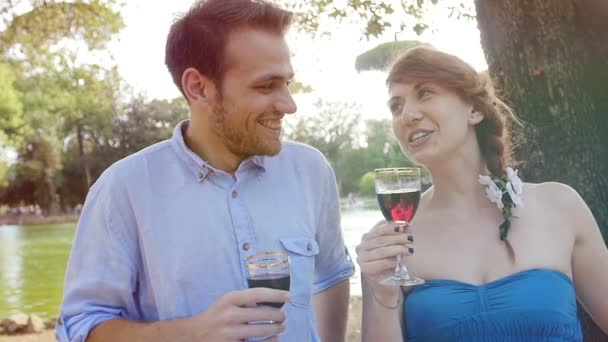 mladý pár, pití červeného vína