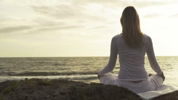 mladá žena cvičení jógy
