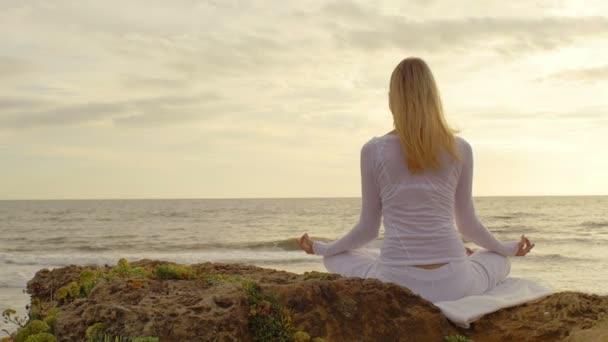 junge frau praktizieren yoga