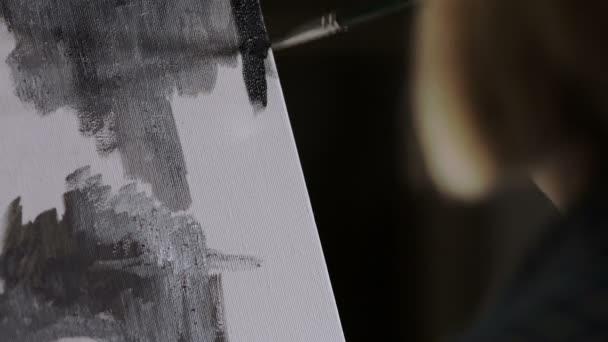 insbesondere auf Frau malt mit dunklen Farben auf Leinwand