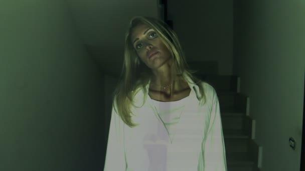 blond duch hledá zlověstně fotoaparát