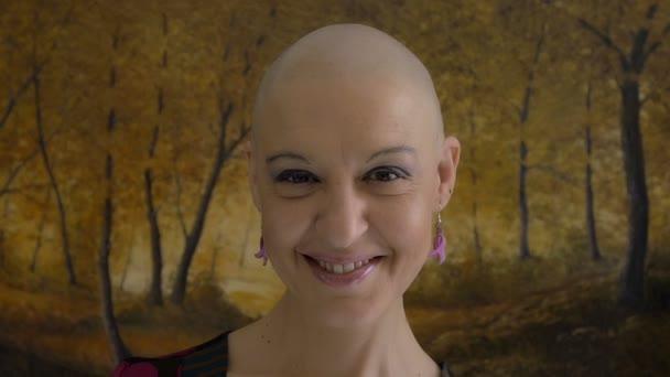 Šťastné a mladých rakovina survivor po úspěšné chemoterapii: odvahu, naděje