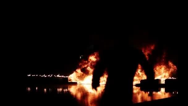 lidé prchají z ohně v noci