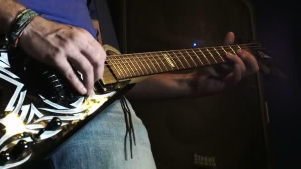 přehrávání kytary: elektrická kytara, rock, session, kapela, skupina, hudba, zpěv