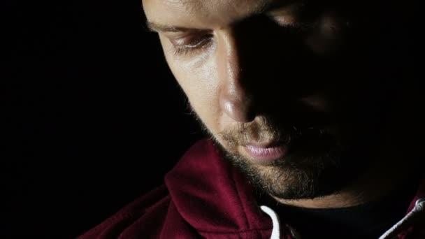 smutný mladík portrét: zoufalství, samota, smutek, oči, otevření