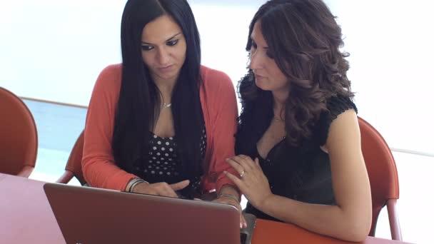 ženy, které pracují s počítačem v kanceláři