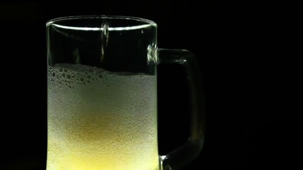 Pivo je nalití do sklenice