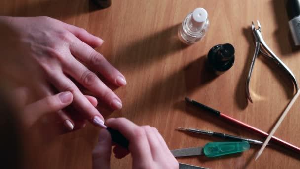 Manikůra procesu. Lak na nehty do ruky použití