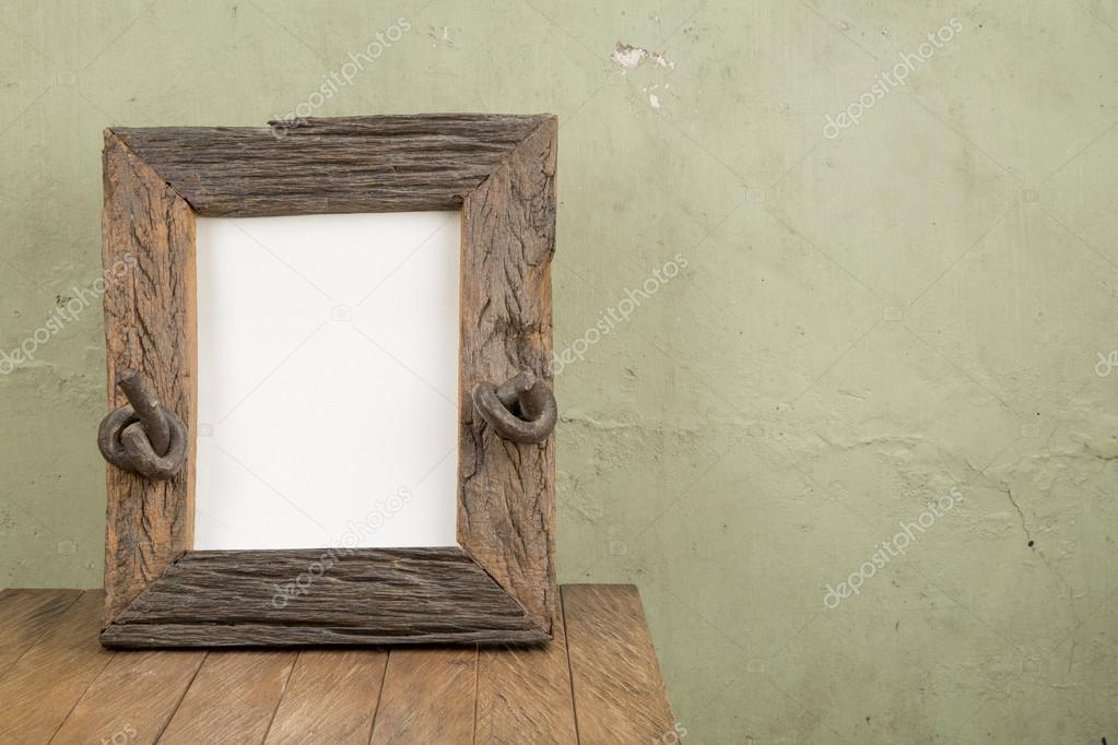 Bilderrahmen und rustikalen Tisch, Platz für text — Stockfoto ...