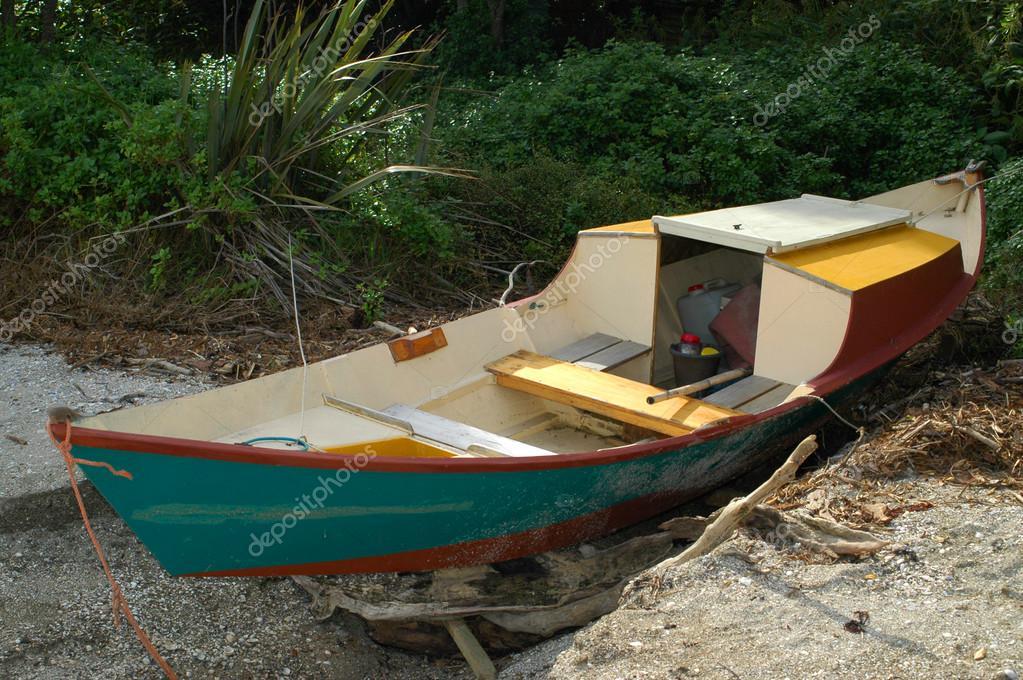 bateau en bois de style dory photographie spiderment 107701122. Black Bedroom Furniture Sets. Home Design Ideas