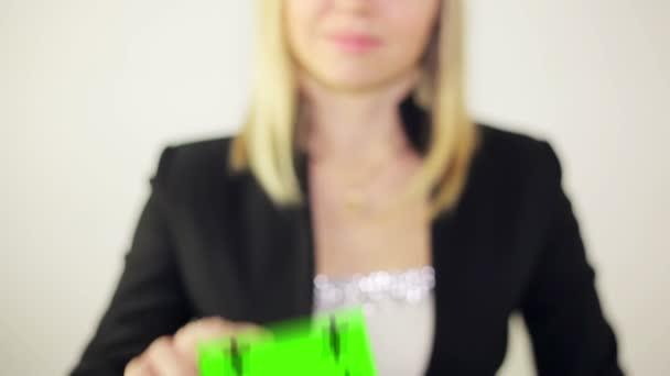 szép látszó üzletasszony mutatja egy névjegykártya