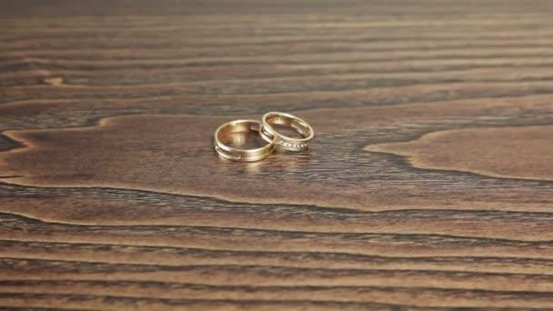 Snubní prsteny na stůl rotace