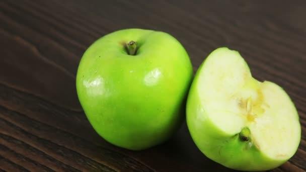 Zelené jablko na stole se otáčí