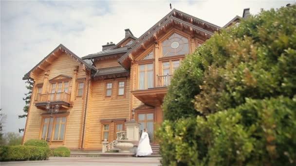 Krásná nevěsta a ženich v blízkosti domu