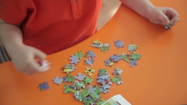 chlapec sbírá puzzle