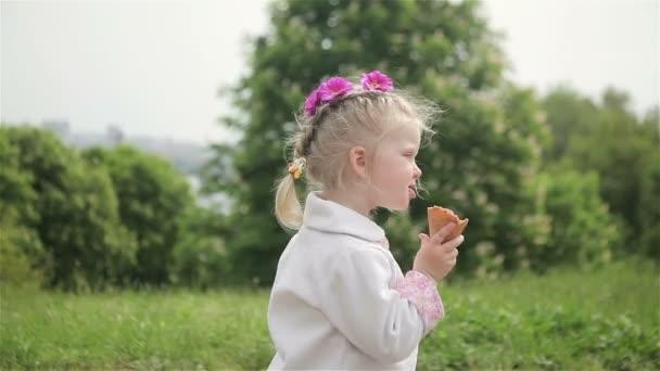 krásná holčička jí zmrzlina