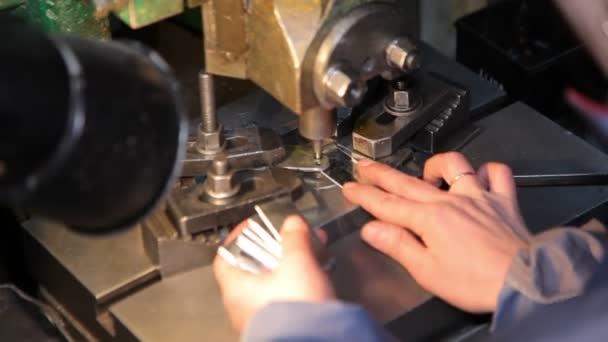 Výroba dílů pro dveřní zámky