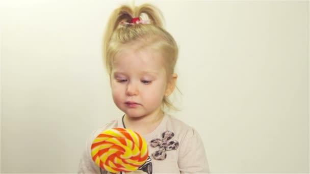 niedliches Mädchen kaut Bonbons