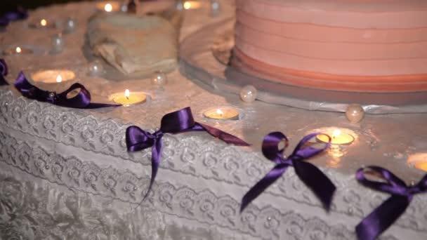 Svíčky zdobí svatební dort