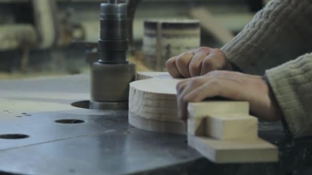 Člověk je řemeslo, práce na pracovní stůl s elektrickým nářadím