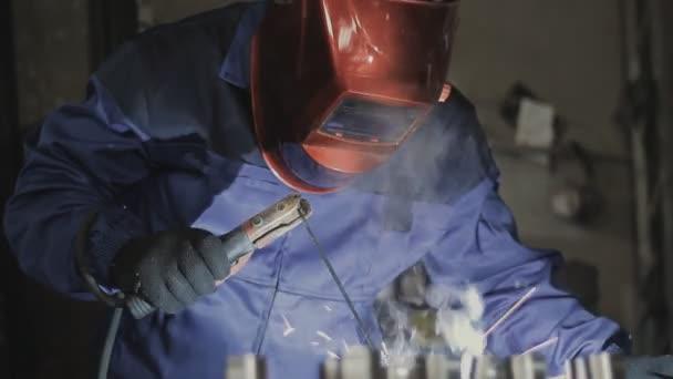 Svářeče pracující ve výrobě