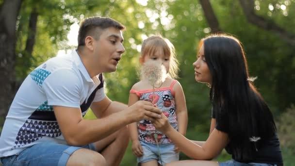 apa, anya és lánya a parkban, szórakozás