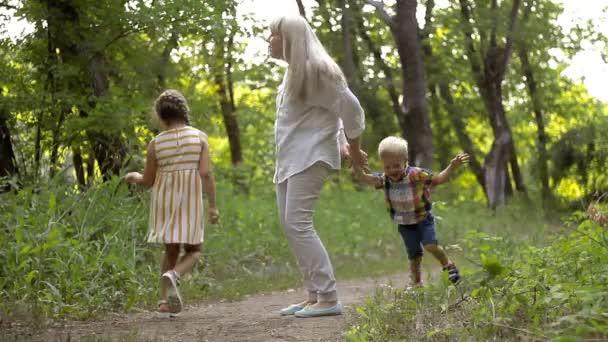 Máma hraje s její dcerou a synem v parku