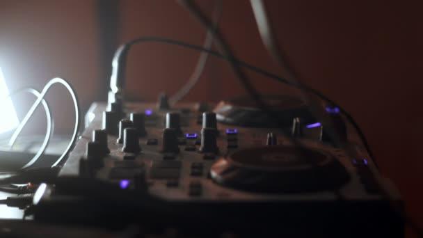 DJ přehrávání a mixování hudby v nočním klubu