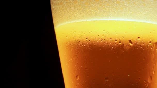 A sört egy pohárba öntik.