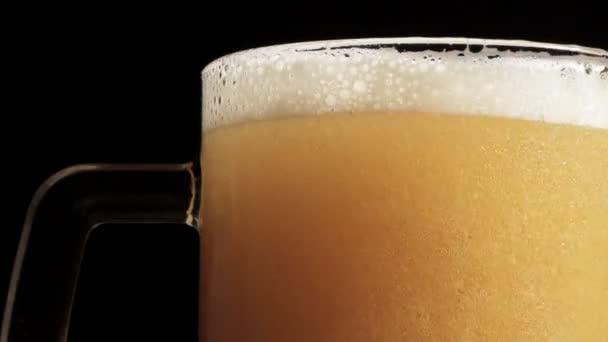 Pivo se nalije do sklenice